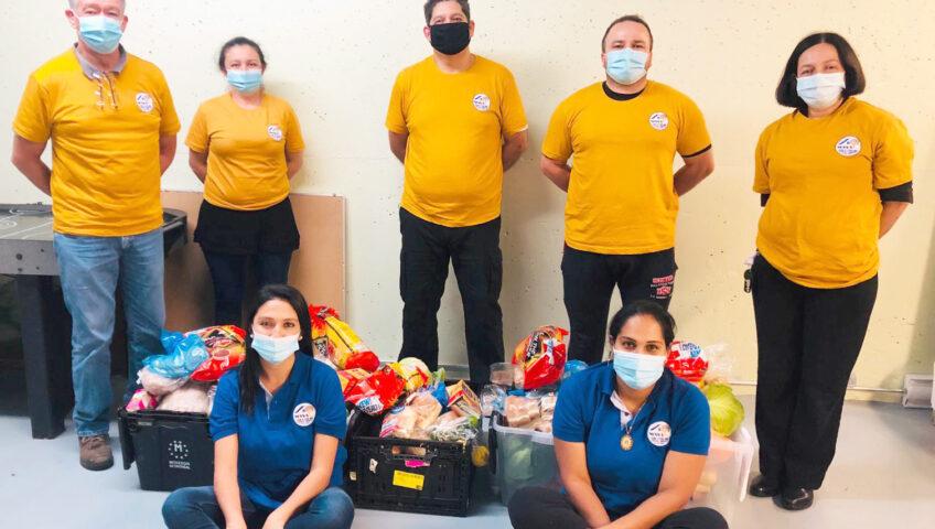 Côté droit en bas - Yajana Pupo Directice de MANA avec son équipe de bénévoles